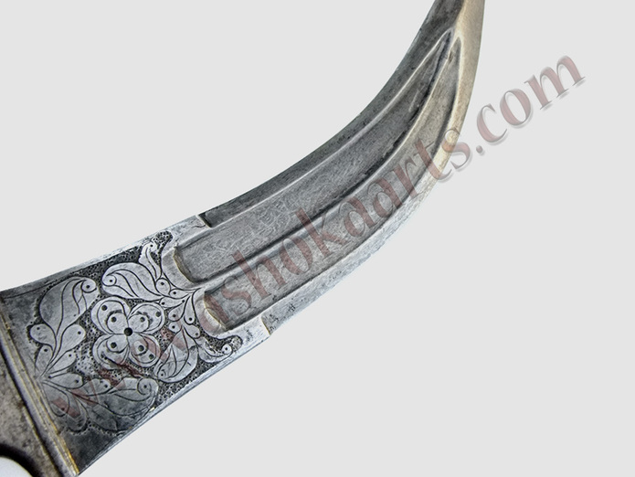 Indian 'Tigers Tooth' dagger with engraved chiselled decorative panel
